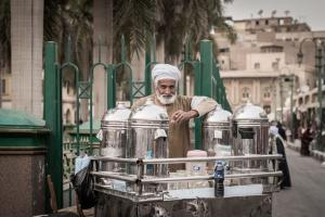 Many informal businesses become unviable in lockdown conditions: tea seller in Cairo in fall 2019.
