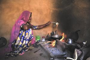 Fumes make cooking a health hazard for rural women – not only in the Indian state of Rajasthan.