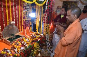 Yogi Adityanath, a BJP leader, observing a religious ceremony, not lockdown, on 25 March.