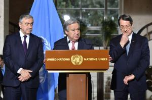 António Guterres with the Turkish Cypriot leader, Mustafa Akinci (left), and the Greek Cypriot leader, Nicos Anastasiades (right).