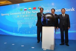 K.V. Kamath (l), first president of the New Development Bank, with China's finance minister Lou Jiwei and Shanghai mayor Yang Xiong (r) at the inauguration ceremony of the new international financial institution in Shanghai in July 2015.