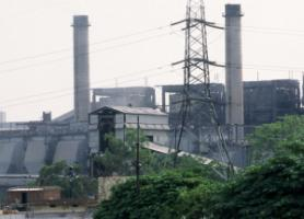 India keeps on extending its use of coal. Coal-fired power plant in New Delhi.
