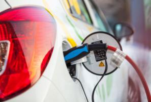 Charging an electric car: it will take a transformation of transport worldwide to meet climate targets.