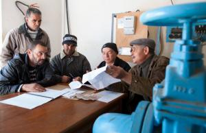 In Tunisia there are reform partnerships with the BMZ: employees of a pumping station at a meeting.