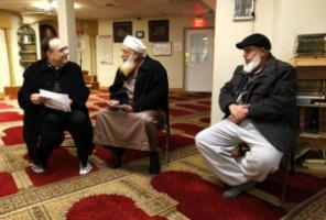 Involving faith-based organisations in international cooperation makes sense: A catholic priest talks to an imam in the Islamic Center of Lexington in the US State of Kentucky.