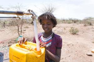 Many places lack the money to finance water infrastructure: a girl collecting drinking water in Ethiopia.