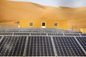Even oil-exporting countries are investing in renewable energy sources: photovoltaics plant in the United Arab Emirates.