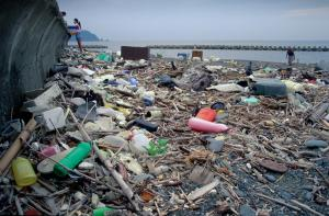 Consumer waste is polluting seas and coasts, for example in Japan.