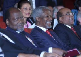 Former Mozambican President Joaquim Alberto Chissano (l), former UN Secretary-General Kofi Annan (c) and British-Sudanese businessman Mo Ibrahim (r) participate in the inaugural Mo Ibrahim Prize for Achievement in African Leadership in Alexandria in late 2007.