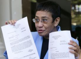 Maria Ressa showing legal documents after being released on bail.