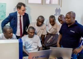 Gerd Müller with trainees of the German engineering company Krones in Nairobi.