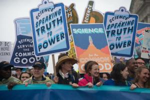 "Rund 100 000 Menschen haben am Tag der Erde am 22. April am ""March for Science"" in Washington teilgenommen. Weitere 70 000 waren es in Boston, 60 000 in Chicago und jeweils 50 000 in Los Angeles und San Francisco."