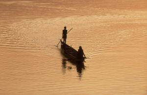 Boat on the Niger river in Mali: dams on rivers can endanger the livelihoods of fishing communities.