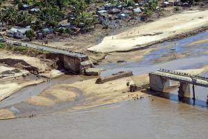 Africa must prepare for flooding: a flood-destroyed bridge in Mozambique in 2015.