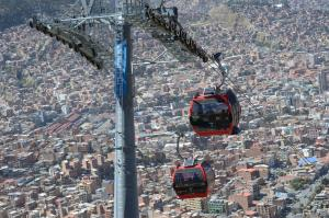 A cable car connects the Bolivian capital La Paz with neighbouring city El Alto.