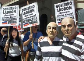 In Buenos Aires in December 2001, protestors declared the government to be a thief and demanded their money – some of them were wearing masks with the face of then President Fernando de la Rúa.