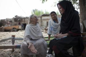 Angelina Jolie meets a flood vicitim in Pakistan