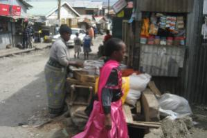 Working mothers' children are often left to themselves – girl in a Nairobi slum area