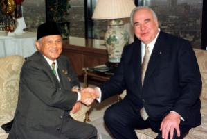 Bacharuddin Jusuf Habibie, then vice president of Indonesia, met Helmut Kohl, then Germany's head  of government, in London in early May 1998. Three weeks later, Habibie became president