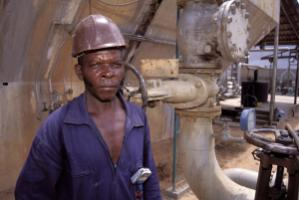 Worker in Angola's oil sector