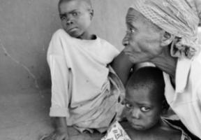 Malawian grandmother with orphans/Großmutter mit zwei Aids-Waisen in Malawi
