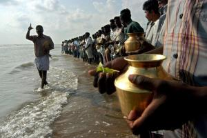 Hindu fishermen grieving the dead in 2004: The media typically report disasters, but do little to prevent them