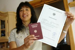 Proud of her new citizenship: an Indonesian immigrant in Baden-Wuerttemberg