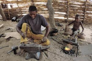 Artisans are particularly important for Niger's economy: a blacksmith at work