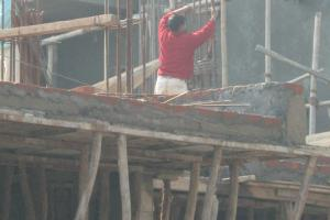 """State agencies must safeguard the security of workers."" Improvised scaffolding in Delhi, Indi."
